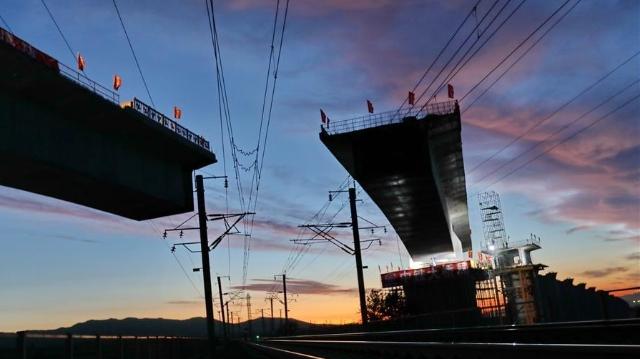 京張高速鉄道 大秦線を跨ぐ橋が位置合わせに成功
