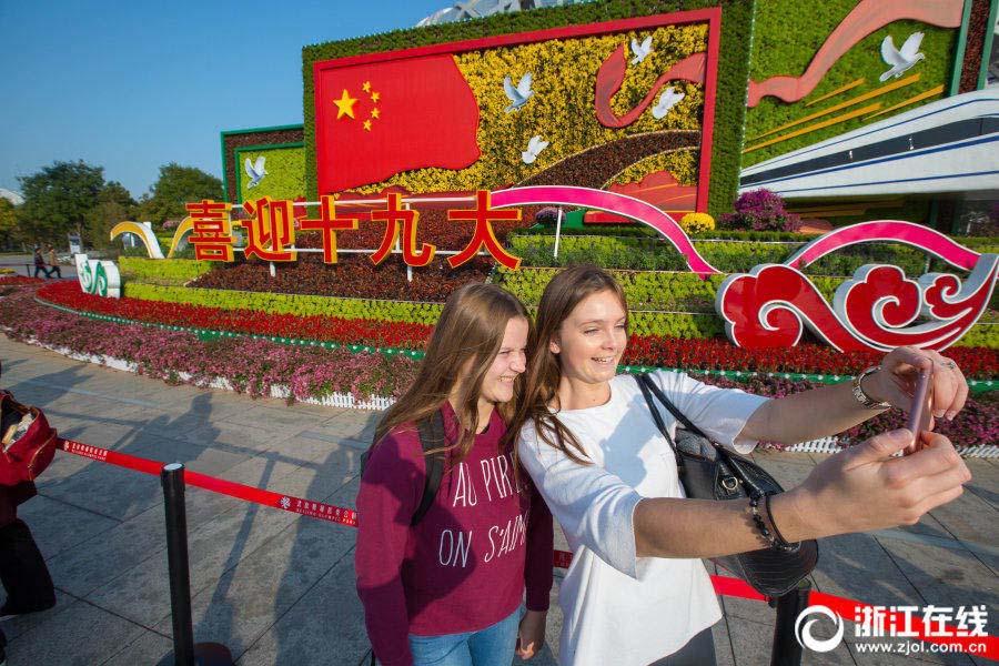 観光客ら十九大歓迎オブジェで盛会ムードを体感 北京市