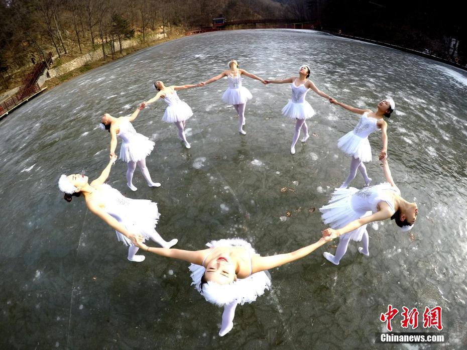 河南省 バレリーナが凍った湖でI...