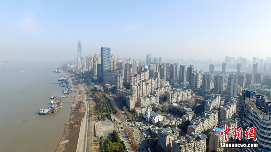 冬の青空、武漢市の川を空撮_中...
