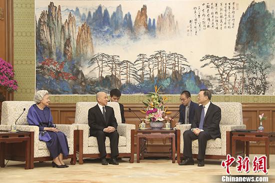 楊潔篪国務委員がカンボジアのシハモニ国王らと会見