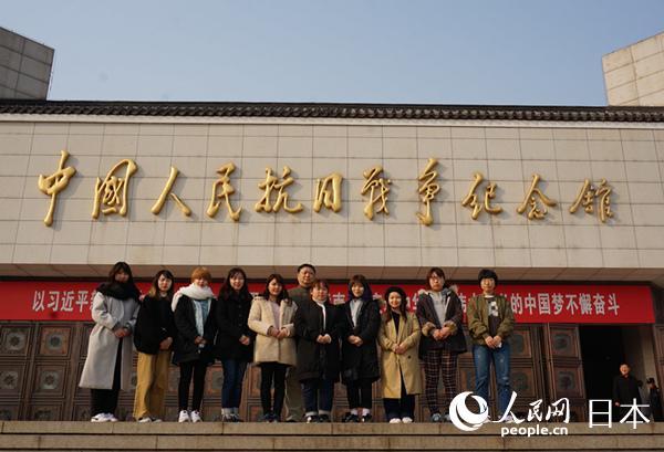 日本の大学生の訪中団 盧溝橋で歴史を学ぶ