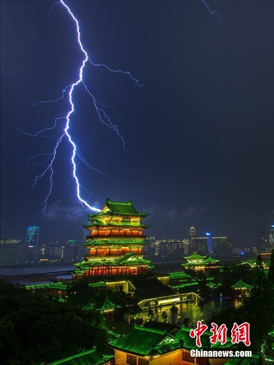 江西省南昌市で雷、衝撃的な光景...