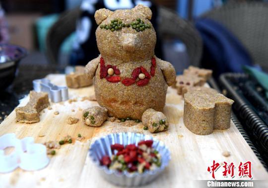 大陸部と台湾地区の大学生たちがパンダに可愛らしい「エサ」を手作り