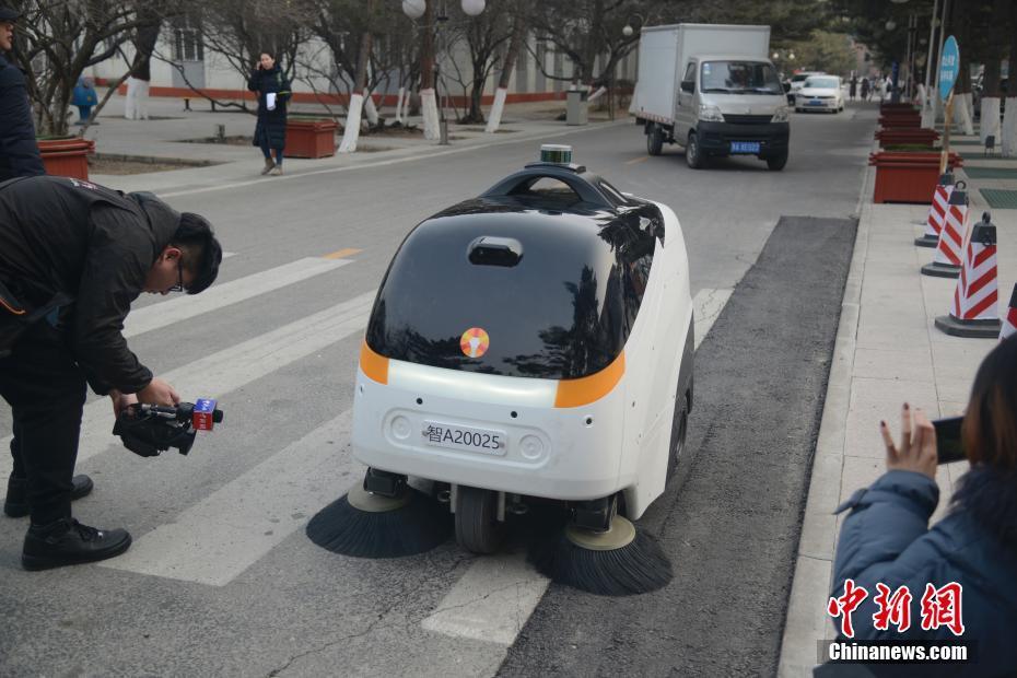 全球首款L4级量产无人驾驶清扫车亮相内蒙古