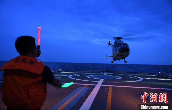 中国海軍第35次護衛艦隊が昼夜を跨ぐ飛行訓練を実施