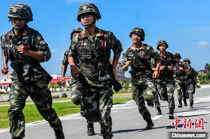 福建武警冒酷暑开展综合体能素质演练