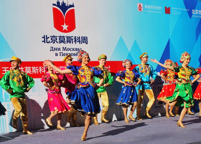 «Калинка-малинка» в исполнении артистов «Золотого кольца» на главной улице Пекина Ванфуцзин.