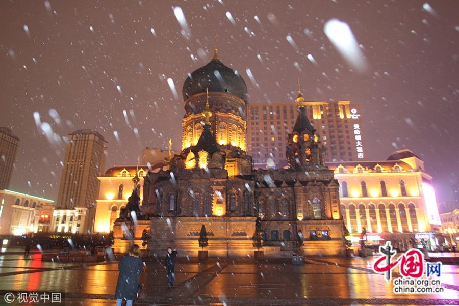 Вечером 9 ноября в Харбине выпал снег, температура также снизилась. Выпавший снег сразу растаял, что принесло неудобство для машин и жителей.