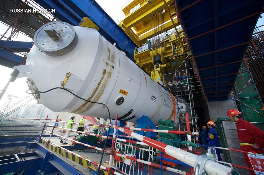 """Первый парогенератор для реактора """"Хуалун-1"""", являющегося эксклюзивной технологической разработкой Китая, сегодня был успешно помещен на платформу размером 16,5 м в реакторном зале энергоблока №5 Фуцинской атомной электростанции в провинции Фуцзянь /Юго-Восточный Китай/."""