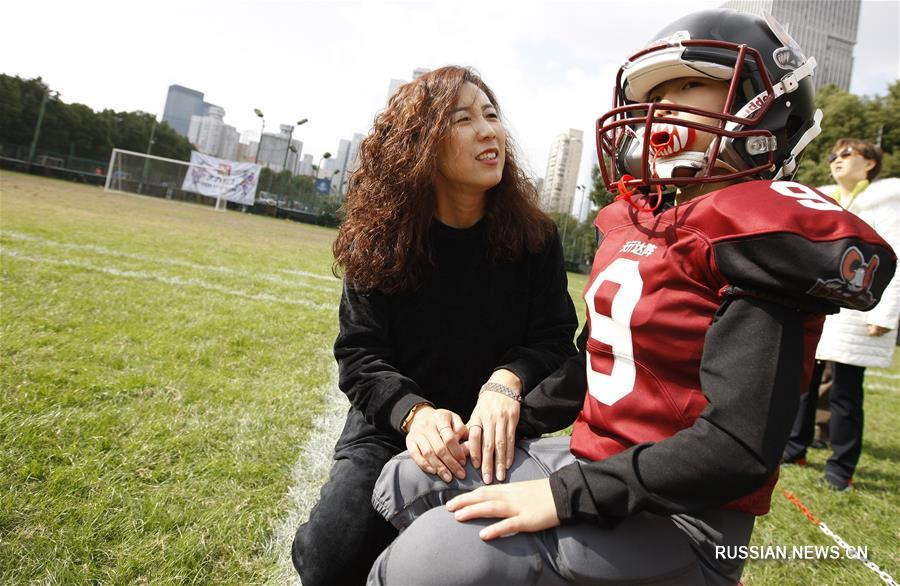 Девочка с косичкой на поле для американского футбола