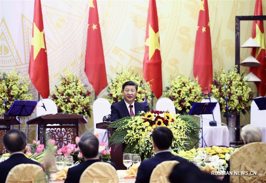 Генеральный секретарь ЦК КПК, председатель КНР Си Цзиньпин сегодня принял участие в торжественном приветственном банкете, данном от имени генерального секретаря Центрального комитета Коммунистической партии Вьетнама /ЦК КПВ/ Нгуен Фу Чонга и президента Вьетнама Чан Дай Куанга.