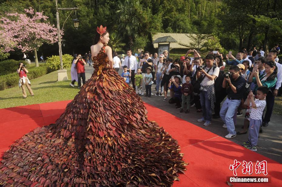 Наряды из красных листьев продемонстрировали в Гуандуне
