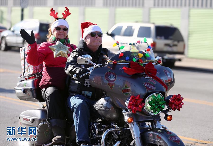 Шествие мотоциклов на тему «доставка игрушек детям» в Чикаго