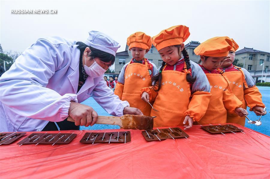 Воспитанники детского сада учатся делать китайские сладости из солодового сахара
