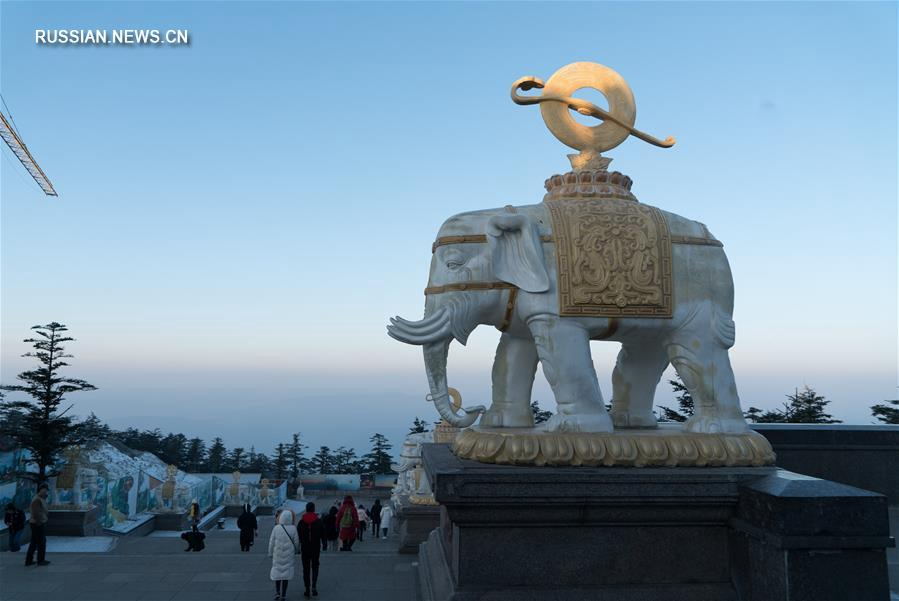 Эмэйшань -- одна из четырех священных буддистских гор Китая