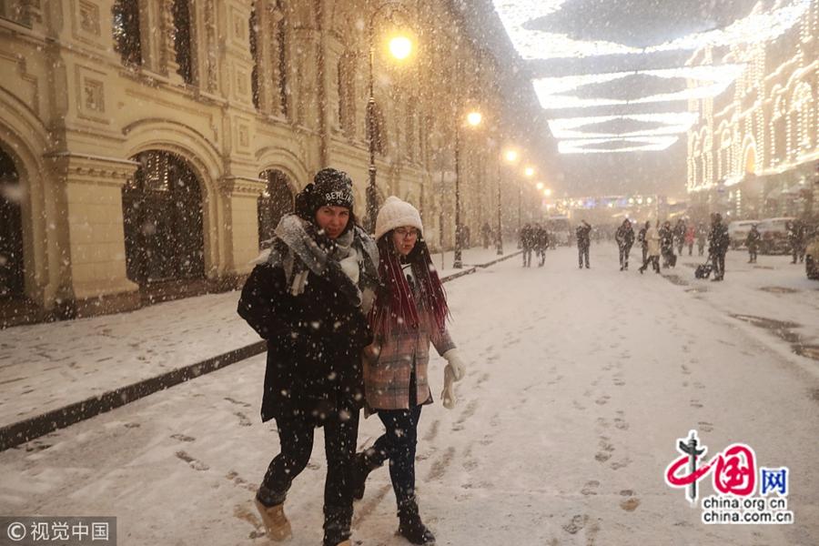 Москва после снегопада напоминает сказочный мир, народ делает селфи на Красной площади