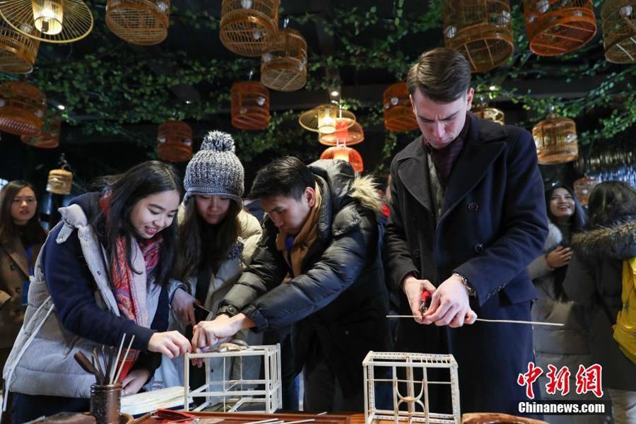Иностранные студенты знакомятся с культурой национальности мяо в провинции Гуйчжоу