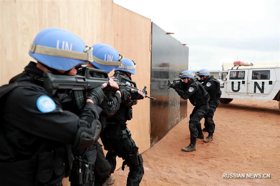 5-й отряд китайской миротворческой антимятежной полиции в Либерии проводит тактические учения