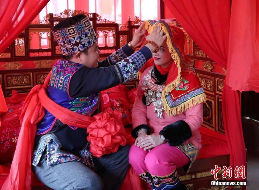 Украинка с китайским мужем устроила свадьбу в традициях национальности туцзя
