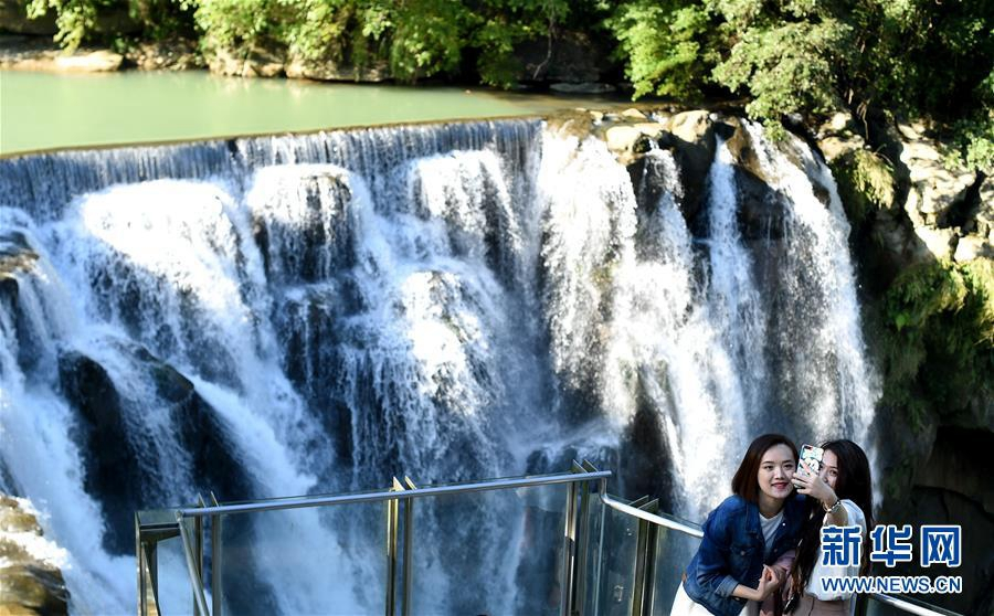 Любование водопадом в провинции Тайвань