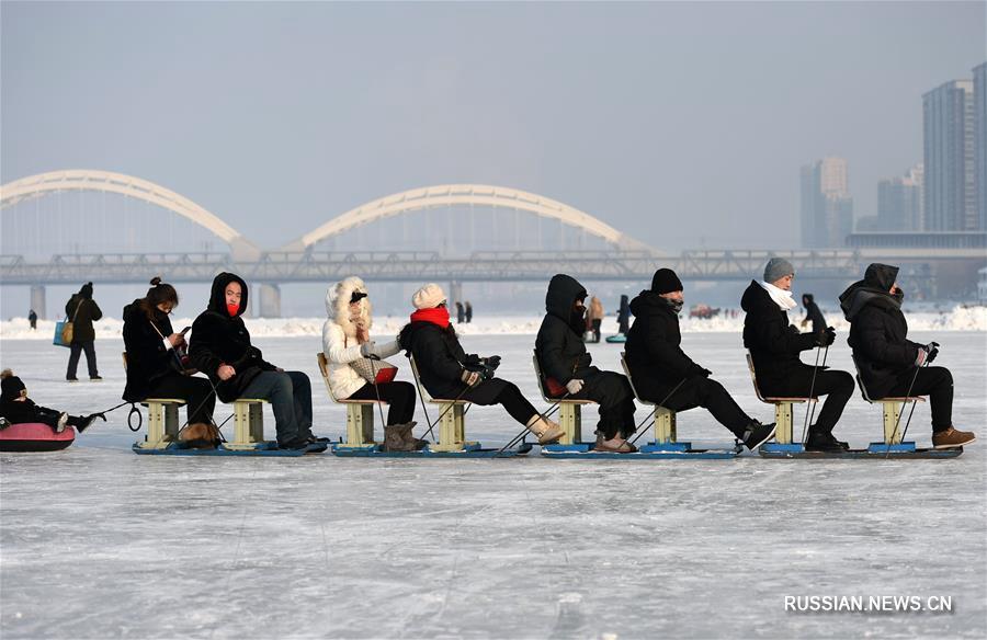 Замерзшая река Сунхуацзян превратилась в парк зимних развлечений для жителей и гостей Харбина