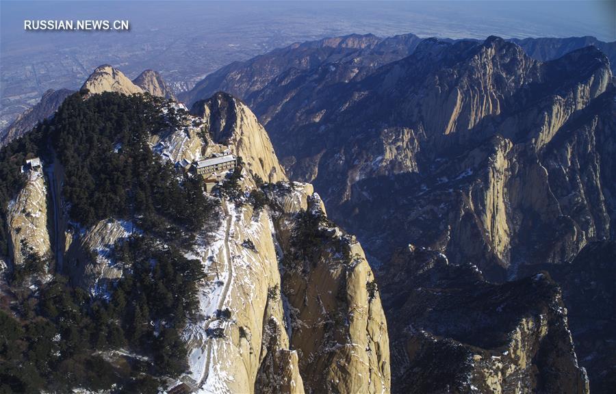 После снегопадов, прошедших в январе, пейзажи горы Хуашань в провинции Шэньси /Северо-Западный Китай/ приобрели особое очарование.