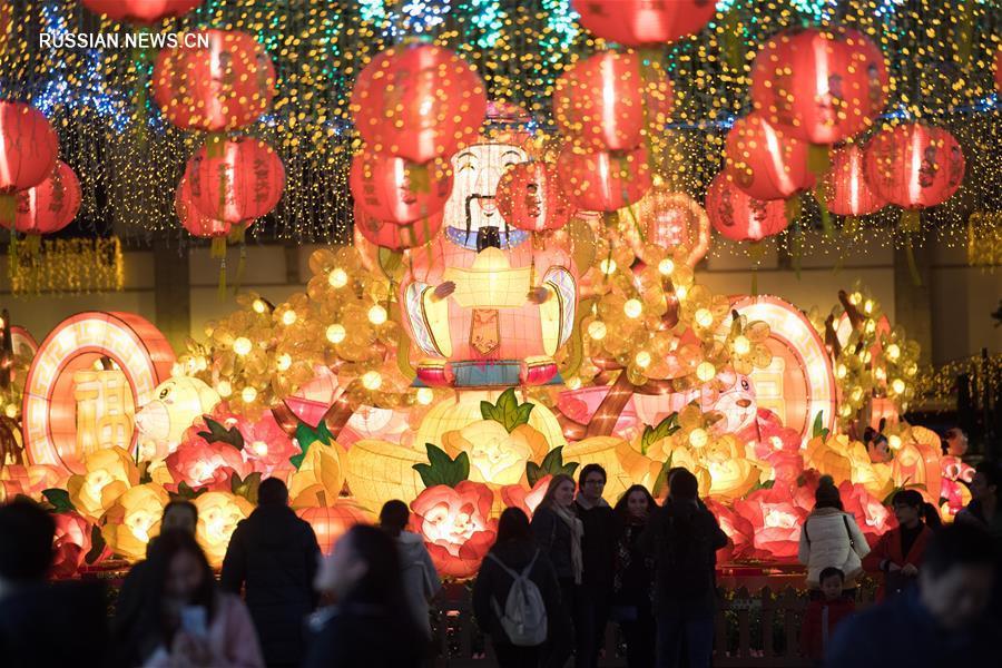 В Аомэне зажгли огни новогодней иллюминации