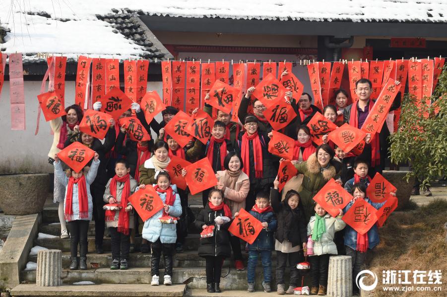 Маленькие дети вместе встретили китайский Новый год в Ханчжоу