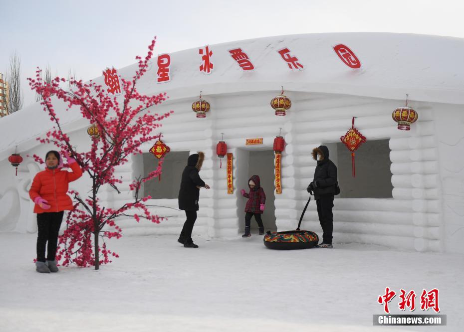 Снежный домик на берегу реки Сунхуацзян в городе Цзилинь
