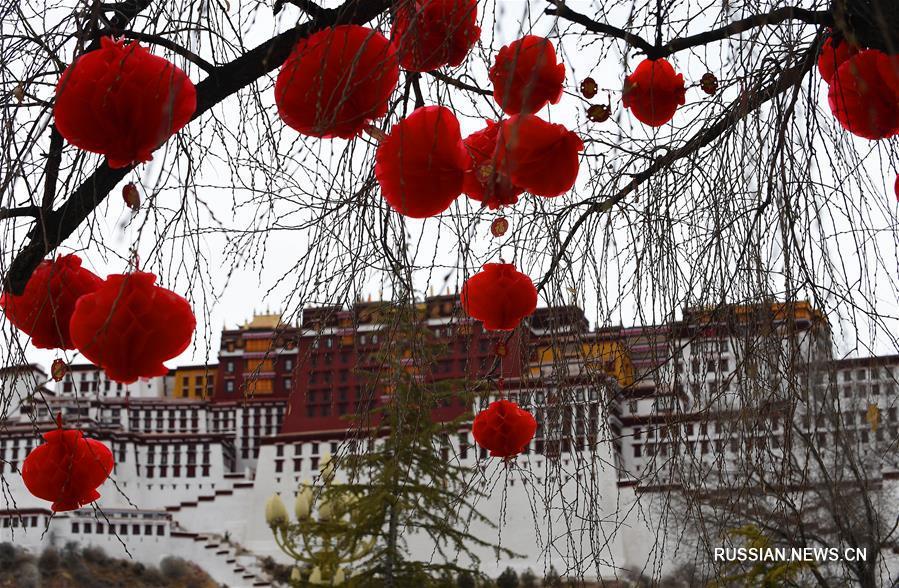 Новогоднее убранство площади перед дворцом Потала