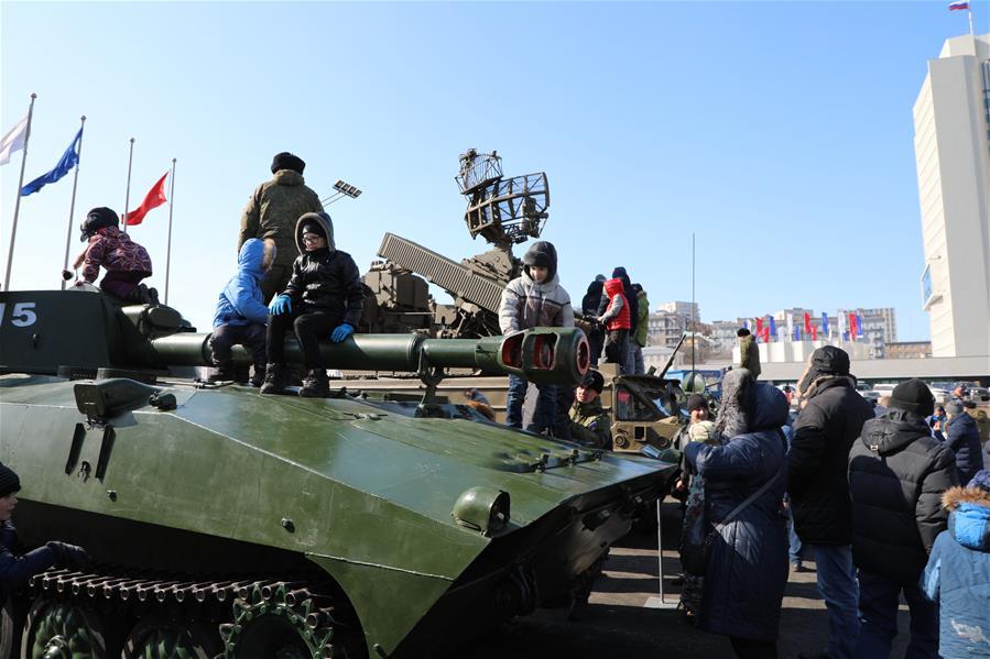 Во Владивостоке сегодня отметили День защитника Отечества. В центре города была развернута выставка вооружения, на которой было представлено порядка 15 образцов боевой техники.