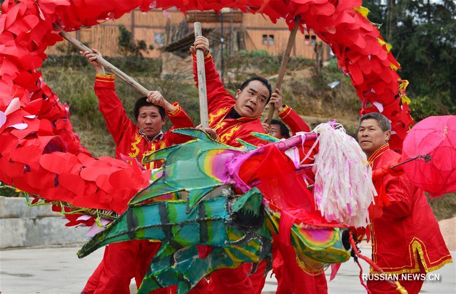 Жители мяоских деревень готовятся к танцу дракона в день праздника Фонарей