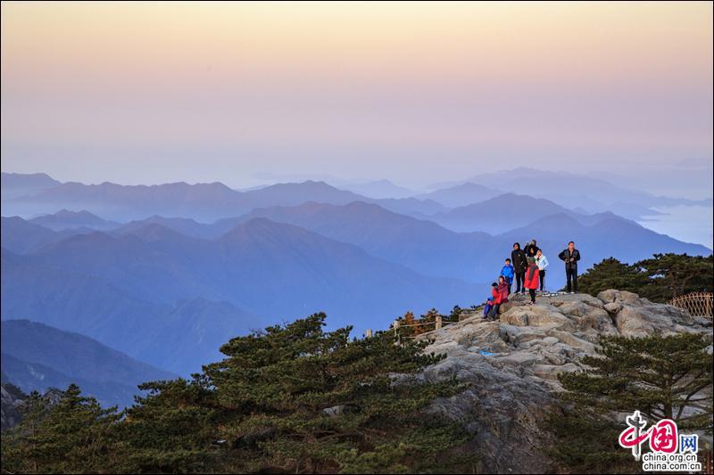 Более десяти тысяч туристов в горах Хуаншань любовались восходом солнца над морем облаков