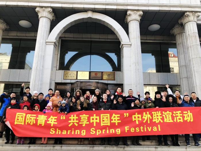 Иностранцы весело встретили Праздник Весны в китайских семьях