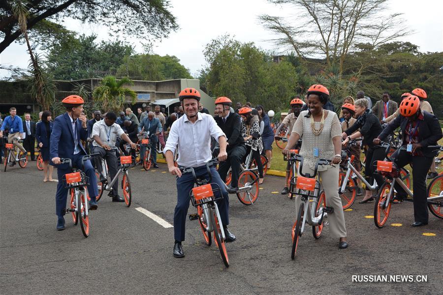 Сотрудники отделения ООН в Найроби сели на подаренные китайской компанией Mobike велосипеды