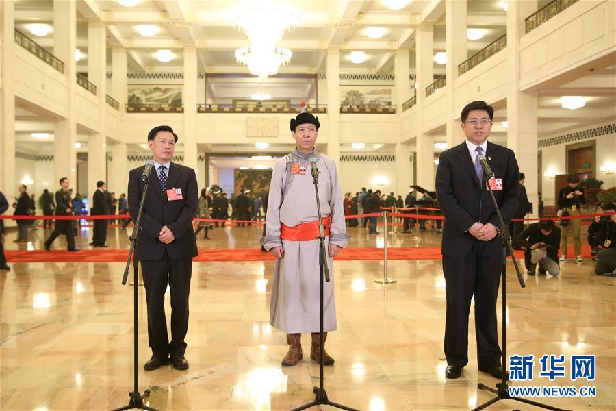 Фотоальбом: коллективное интервью в «депутатском коридоре» в рамках Первой сессии ВСНП 13-го созыва