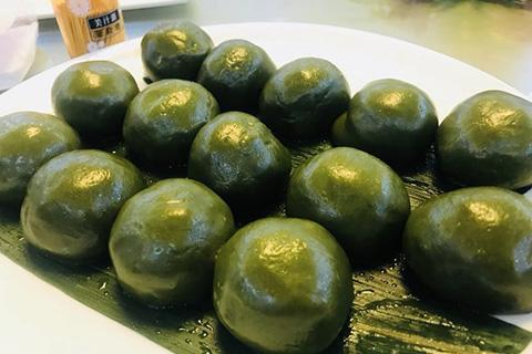 В преддверии праздника Цинмин сладкие зеленые шарики «цинтуань» из ресторана Китайского народного университета становятся популярными
