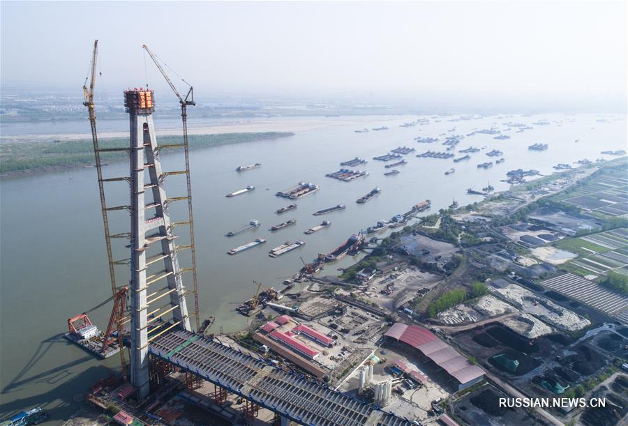 Строящийся мост через реку Янцзы в городе Ухань