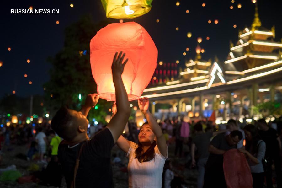 Небесные фонарики по случаю Нового года в провинции Юньнань
