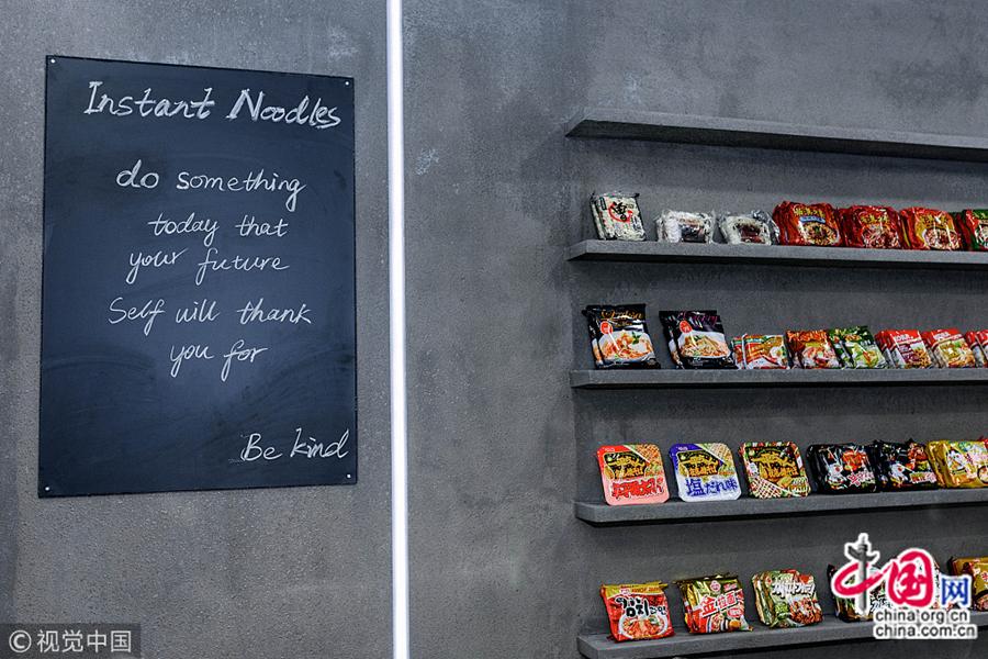Интерьер закусочной выполнены в стиле INS. Войдя в лапшичную, можно сразу начинать снимать селфи. На полках закусочной представлены разнообразные популярные в Сети марки лапши быстрого приготовления со всего мира.