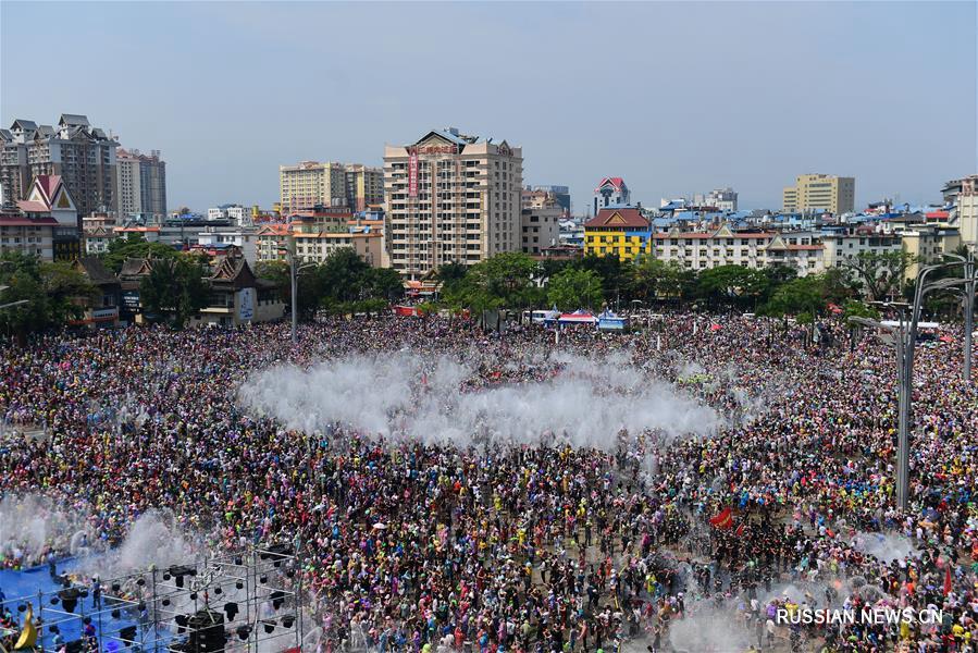 Праздничное обливание водой в Цзинхуне
