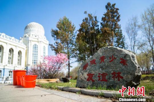 6 мая в г. Хэйхэ провинции Хэйлунцзян состоялось мероприятие «Ледяной Шелковый путь, прекрасный Китай», в ходе которого дети и подростки из Китая и России посадили деревья дружбы.