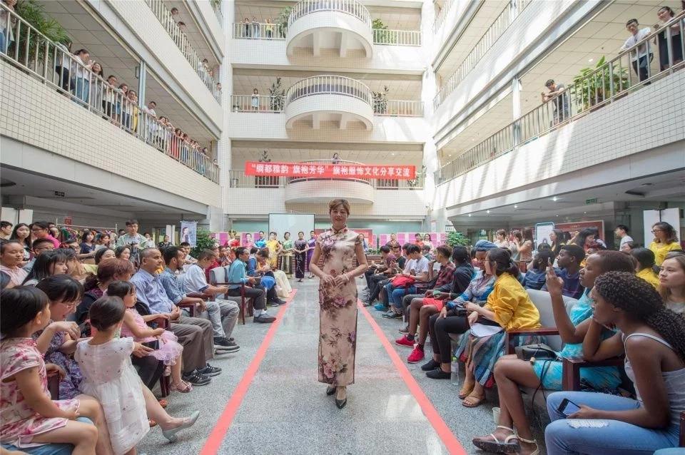 Город Наньчун пров. Сычуань: иностранные студентки в китайских традиционных платьях Ципао постигают культуру китайского шелка
