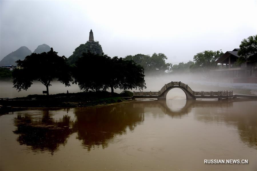 На фото -- пелена из моросящего дождя и тумана над рекой Лицзян в Гуанси-Чжуанском автономном районе /Южный Китай/.