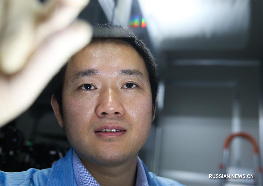 Китайские ученые представили на днях фотонный чип и провели успешную демонстрацию использования разработки для выполнения квантовых вычислений. Результаты исследовательской деятельности были обнародованы в издании Science Advances.