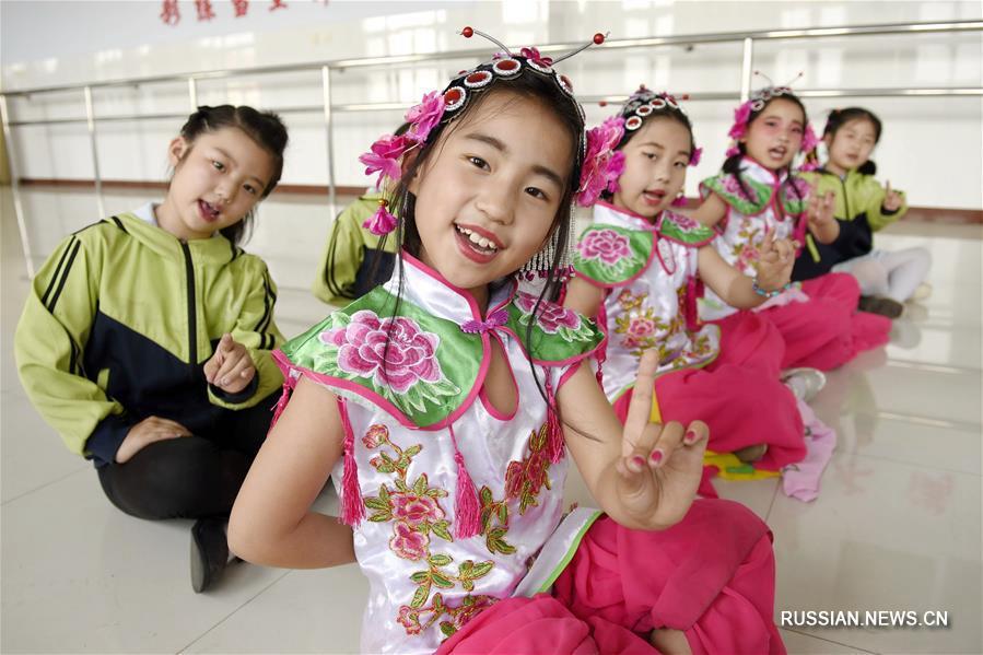 Китайские школьники приобщаются к искусству традиционной музыкальной драмы