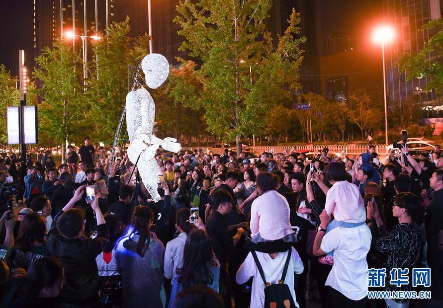 В Шэньяне появилась огромная электрическая кукла