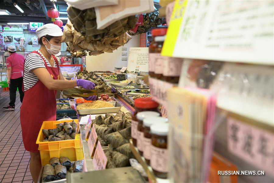 """Жители Тайбэя предпочитают покупать праздничные цзунцзы на рынке """"Наньмэнь"""""""
