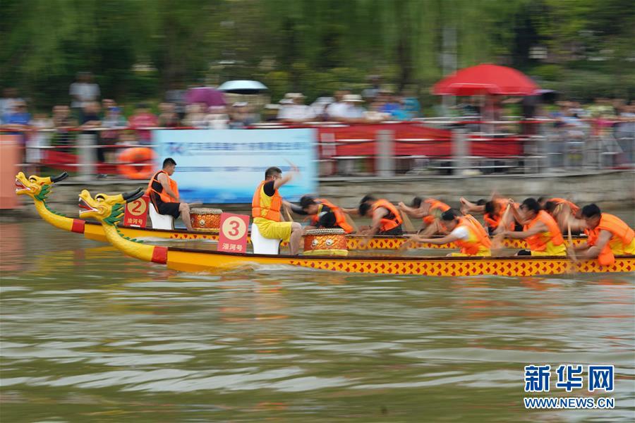 Традиционными обычаями встречают праздник Дуаньу